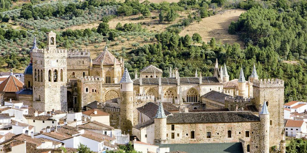 guadalupe_vista_pueblo_y_monasterio_foto_guia_repsol_1284x642_q75_middle